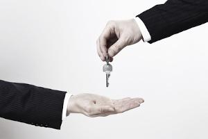 Die Bonitätsprüfung spielt bei Privatpersonen auch dann eine Rolle, wenn diese eine neue Wohnung anmieten wollen.