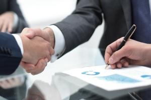 Durch eine Bürgschaftserklärung gehen gleich mehrere Personen Rechtsverhältnisse zueinander ein.
