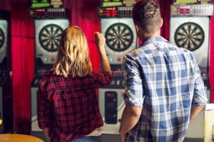 Private Spielschulden, die zum Beispiel durch eine Wette beim Dart entstanden sind,  gelten rechtlich als Ehrenschulden.