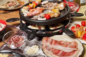 Spartipps für Studenten: Eine günstige Alternative zum Restaurant ist der Kochabend mit Kommilitonen.