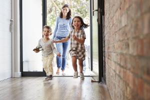 Spartipps im Haushalt: Eine Familie kann Geld sparen durch eine sparsame Haushaltsführung.