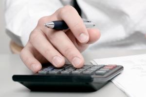 Was kostet ein Mahnbescheid? Die Gebühren richten sich nach der Höhe der Forderung.